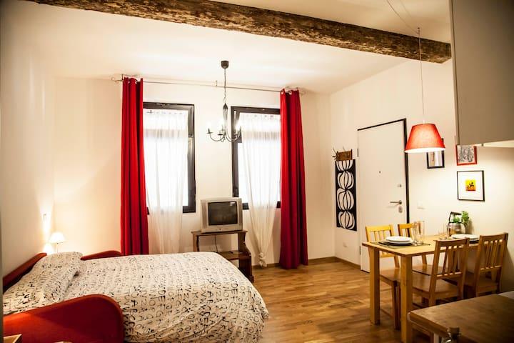 la camera con antiche travi di legno a vista