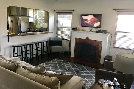 Cozy Two-bedroom w/ Outdoor Jacuzzi - South Gate - Hus