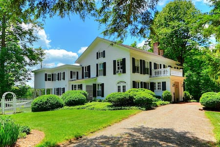 ELEGANT MANOR HOUSE ON A MILLBROOK HORSE FARM - Millbrook - Ev