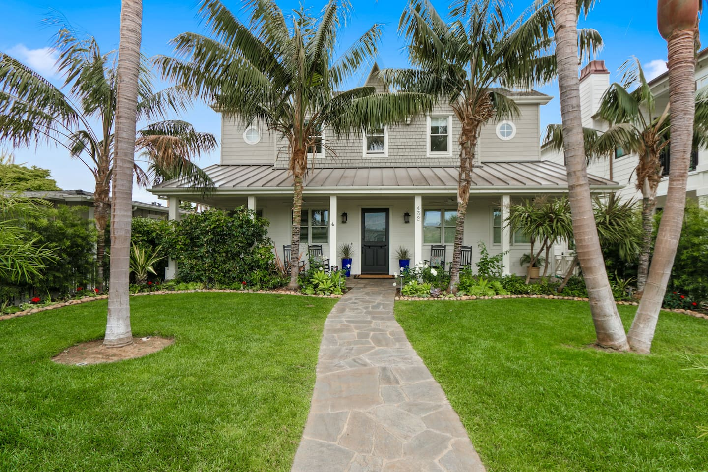 Beautiful Custom Home Located in Quiet and Prime Upscale Neighborhood. Ocean, Bay and Peninsula close. Fine Dining and Shopping minutes away.