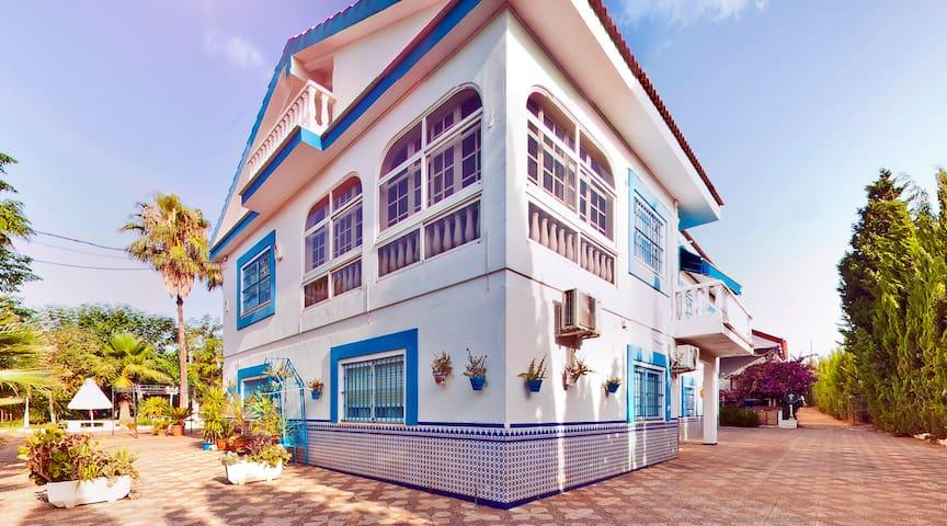 Casa con acceso al Jardín, BBQ, piscina y chimenea