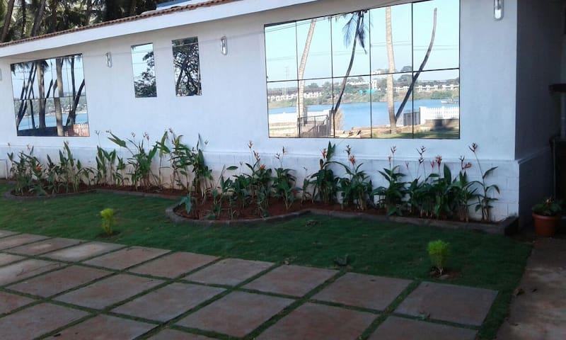 Nisarga Nirvana - Riverside Triple Suites - Mangaluru - Hotellipalvelut tarjoava huoneisto