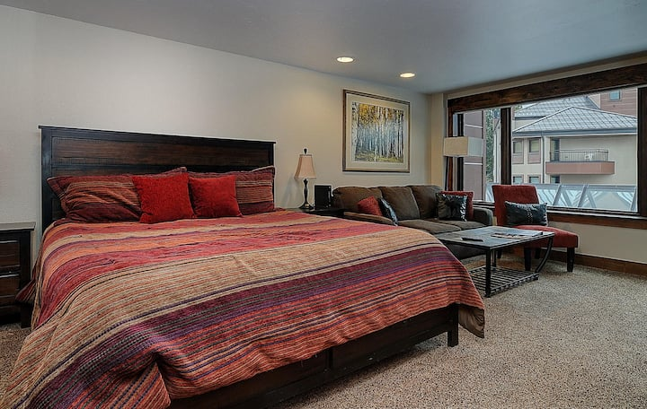 Cozy Ski in/Out Studio Off Main St w/ Open Pool