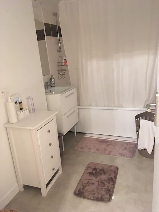 1ere salle de bain sur 2 avec baignoire