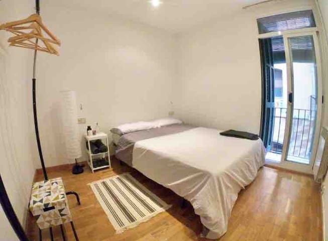 BIG/DOBLE ROOM IN HEART OF BARCELONETA