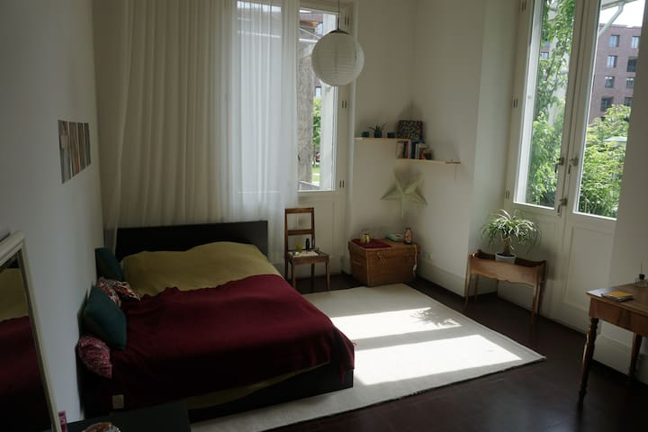 Beautiful room with private garden and bathroom - Basel - Rumah