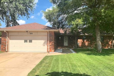 NW Wichita Spacious Home/ 10 min from ICT Airport!