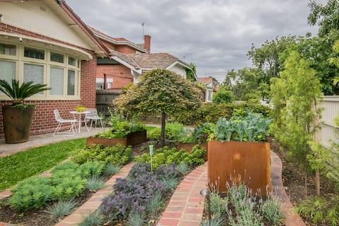 Private Bayside Garden Gem !
