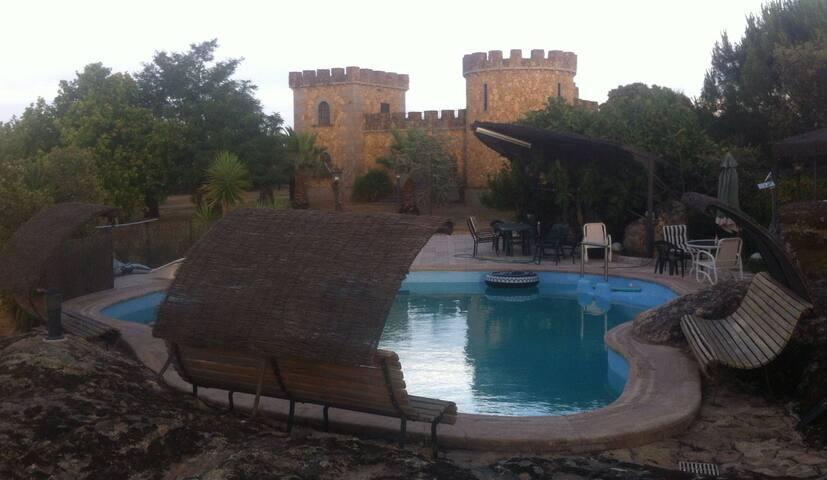 Gran piscina realizada entre rocas naturales del terreno.