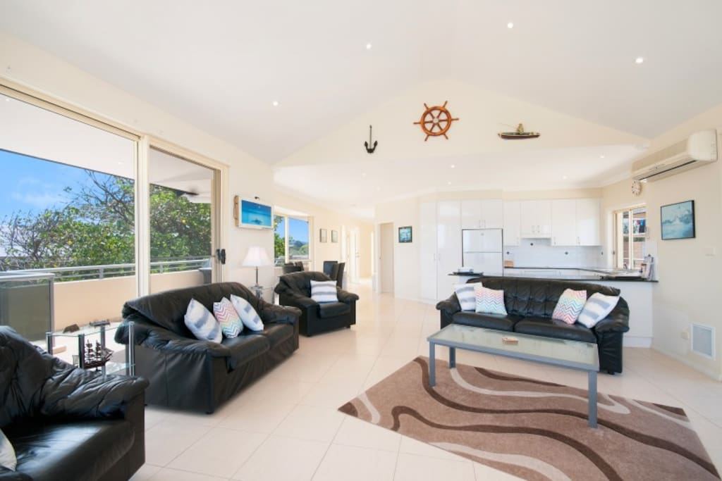 SPACIOUS LIVING AREA WITH FOXTEL