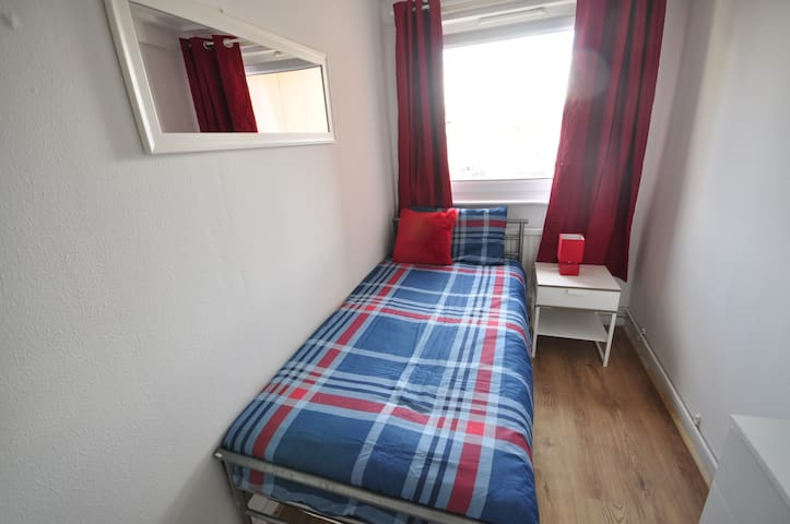 (13STC-B)PRIVATE ROOM FOR 1 CLOSE TO MILE END PARK