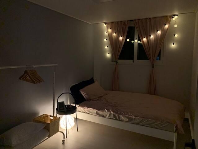 슈퍼싱글 사이즈 작은 방의 밤 모습입니다.