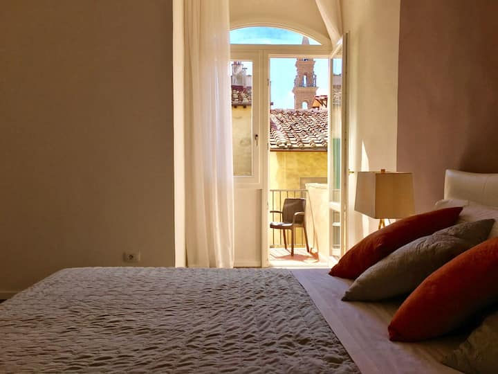 Cozy & Bright Top Floor Flat by Santo Spirito!