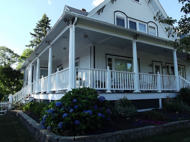 Upstairs of Victorian Near Beaches. - Beverly - Condominium