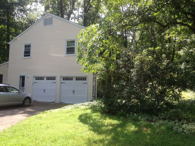 Spacious home on wooded acre - Doylestown - Talo