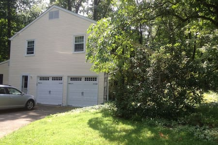 Spacious home on wooded acre - Doylestown - Casa