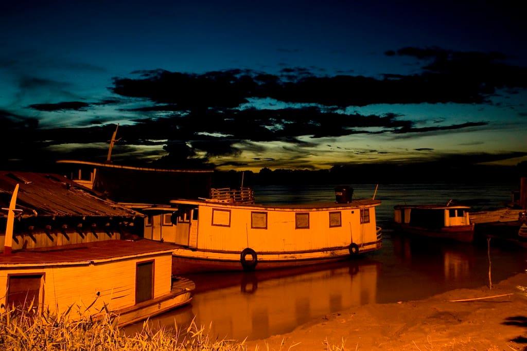 Barcos ao anoitecer