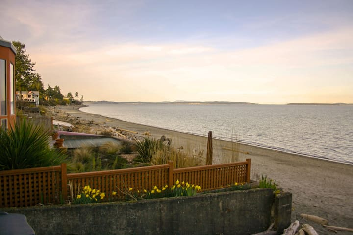 Breathtaking Oceanside Beach Suite in Cordova Bay