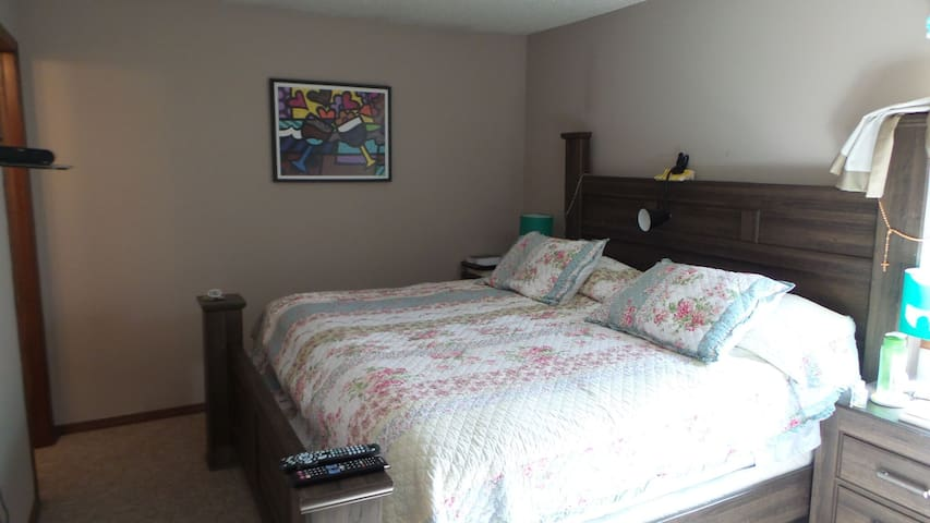 King Bed + 1/2 private bathroom + Cable/Smart TV - Stillwater - Dom