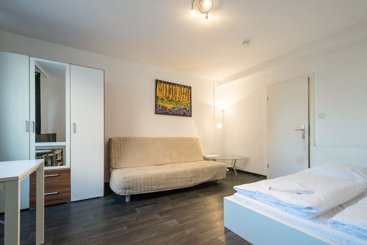 For 3 guests, kitchen, by the Messe Train Station