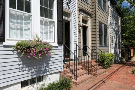 Charming bed/bath in heart of Old Town w/parking - Alexandria - House