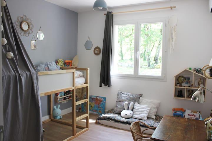 Chambre enfant avec lit superposé, sur la photo un seul matelas mais nous avons le second avec son sommier