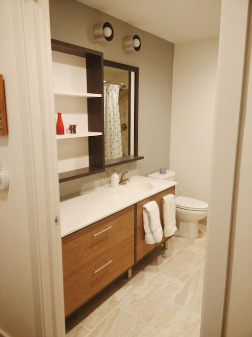 Gorgeous large bathroom with top of the line towels.