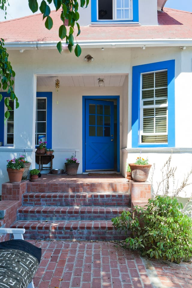 Come stay in our wonderful Echo Park home. Spacious grounds include natural gardens and relaxing views.