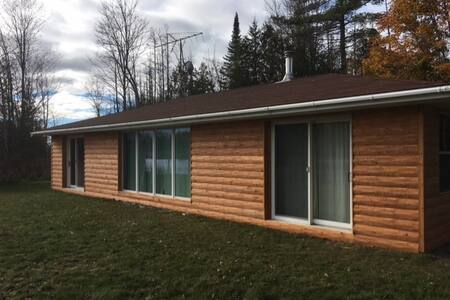Beautiful Log Cabin on the River - Alanson - Rumah