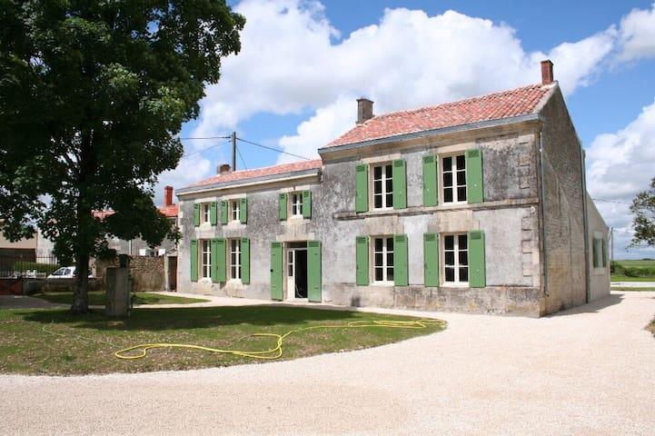 Gerenoveerde Charentaise woning - La Croix-Comtesse - Dům