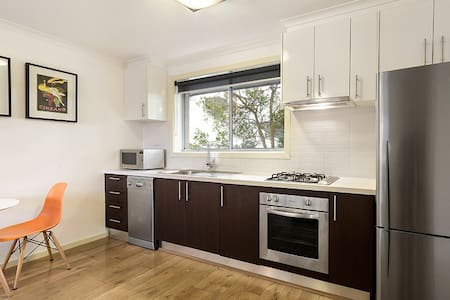 One bedroom apartment situated in Alphington. Comprising living, meals and fully-equipped kitchen adorned plus a sunlit bedroom with BIRs leading to a modern ensuite bathroom combined with Laundry. Stroll to the train, Darebin Parklands and CBD.