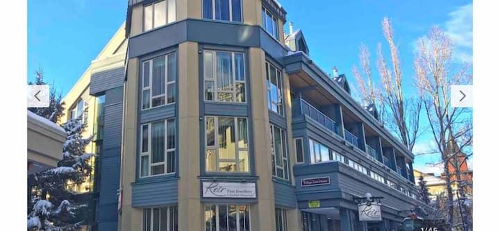 1 bed + loft condo on 2 levels, balcony & hot tub