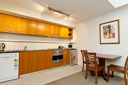Modern 1 BEDROOM in the CBD - Perth - Apartamento