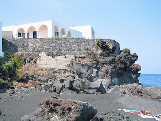 Stromboli, villa a strapiombo sul mare