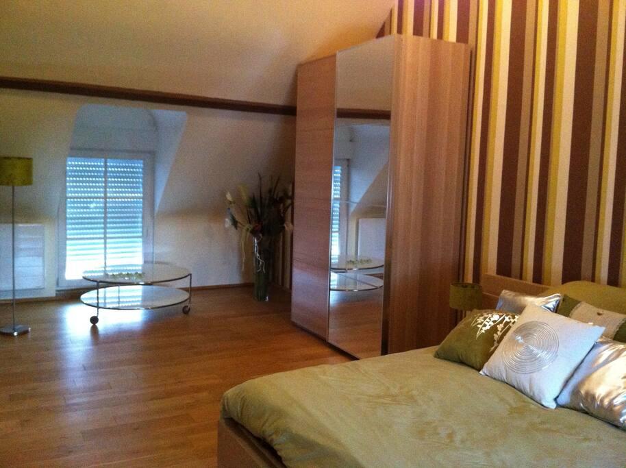 La chambre très spacieuse, avec de beaux volumes...