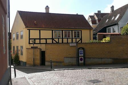 Bindingsværkshus fra 1850. - Haderslev - Rumah