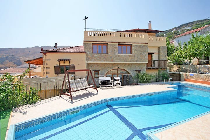 Topolia House with 4 bedrooms, sharing pool