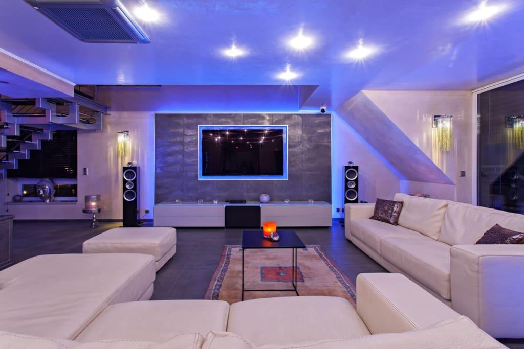 Wohnzimmer mit hochwertiger Ausstattung  - Living room with high quality equipment