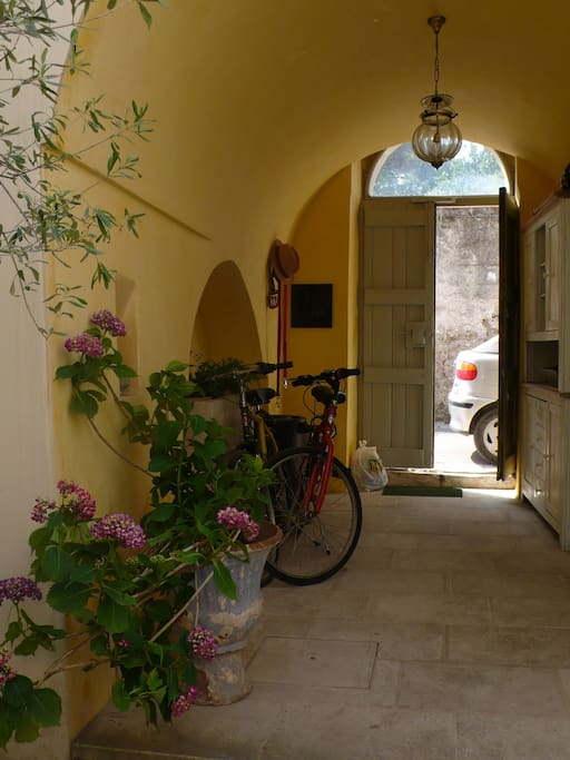 entrance into courtyard  from street
