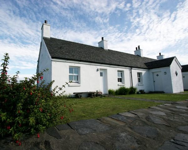 An Rubha Cottage on the friendly Easdale Island, fantastic views over to Mull, cosy coal fire , wifi. Sleeps 6