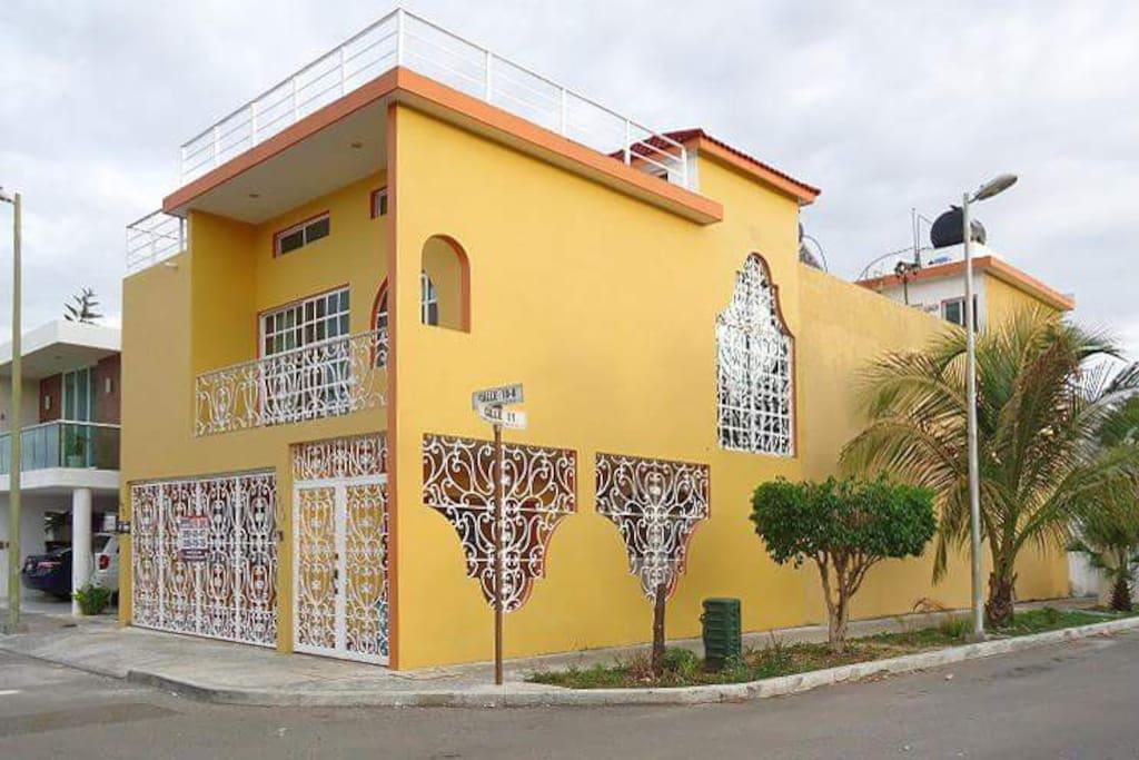 Amplia casa, con magnífica luz natural, amplias, agradables y elegantes recámaras
