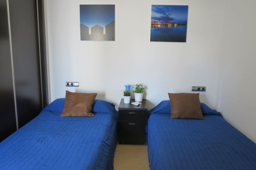 Habitación 1.  Room 1. Air conditioning and free WIFI. Spacious wardrobe. 2 single beds. Access to terrace.