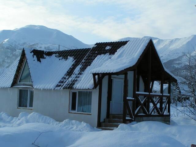 Дом на термальном источнике у ручья - поселок Термальный