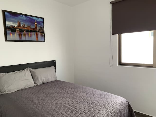 Second room with double bed and blackout curtains. Segundo cuarto con cama doble y cortinas blackout.