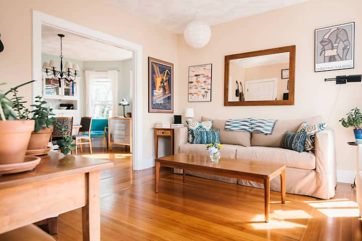 Sunny, cozy, tidy, colorful JP apartment