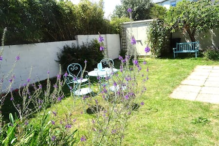 Garden Cottage Stay Close to the City