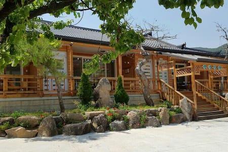 몸과 마음이 편해지는 월정농원 - 매화 - Sagok-myeon, Gongju