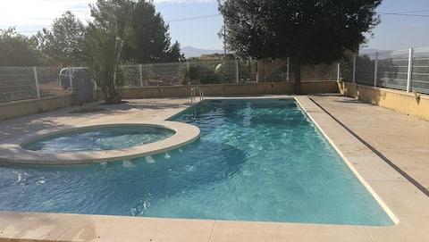 Casa de campo muito grande, com piscina e encostas
