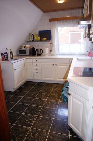 Die Küche, mit allem was das Herz begeht (Essig, Öl, Gewürze, Tee, Kaffe, Geschirrtücher, Spülmaschine, Mikrowelle, Kaffeemaschine, Spülmittel, Müllbeutel, Spülmaschinentabs, Lappen...)