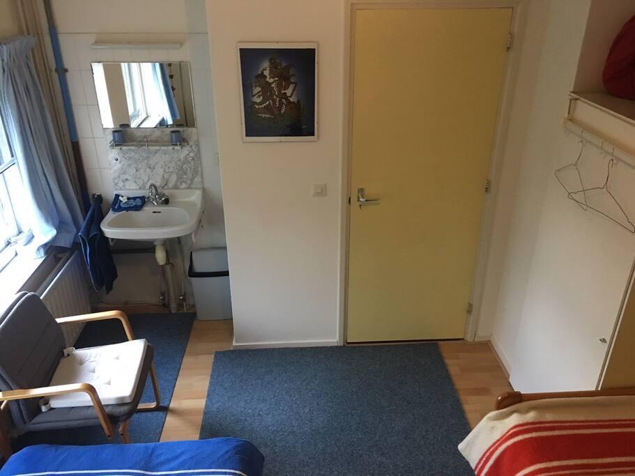 Koele kamer op het noordoosten met toilettafel